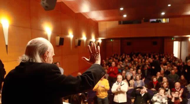 Antonio García-Trevijano saluda a los asistentes a su charla de ayer en Oviedo. LUISMA MURIAS